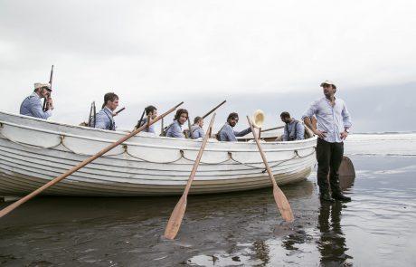 Salvador Calvo dirigiendo en Ureka, Guinea Ecuatorial, la llegada de las barcas