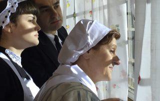 El servicio de los marqueses espía por el ventanal de la cocina