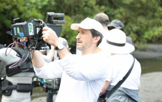 Salvador Calvo controlando en el monitor el plan rodado por el drone